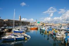 在英亩(akko)以色列老港口的渔船  免版税库存照片