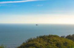 在英吉利海峡上的海岸警备队直升机 免版税图库摄影