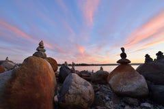 在英吉利湾的平衡的岩石雕塑在日落期间 库存照片