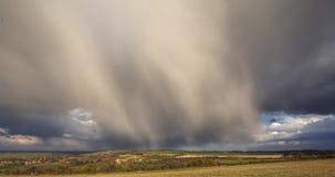 在英国乡下的风雨如磐的云彩春天的 股票录像