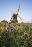 在英国乡下风景的老排水设备windpump风车 库存照片