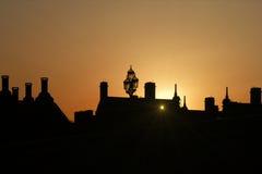 在英国伦敦之后屋顶现出了轮廓日落 免版税库存图片