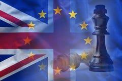 在英国和欧洲旗子附近的棋子 免版税库存照片