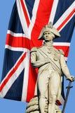 在英国国旗的纳尔逊雕象 免版税库存照片