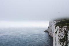在英国峭壁的雾 免版税库存照片