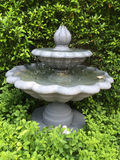 在英国庭院样式的喷泉 免版税图库摄影