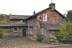 在英国房子入口区域的看法  住宅的砂岩 库存照片
