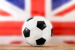 在英国旗子前面的橄榄球 免版税库存照片
