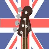在英国旗子的背景的低音吉他 o 皇族释放例证