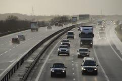 在英国机动车路的车 图库摄影