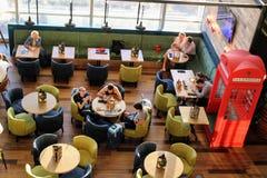在英国样式的咖啡馆在国际机场伏努科沃莫斯科- 2017年7月 免版税库存照片
