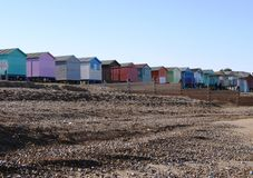 在英国海滩的五颜六色的海滩小屋 免版税库存照片