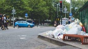 在英国街道上的垃圾堆 免版税库存图片