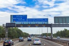 在英国路的密集的左手交通在温莎和伦敦之间 免版税库存照片
