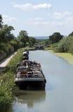 在英国运河的航行驳船在威尔特郡英国 图库摄影