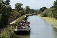 在英国运河的航行驳船在威尔特郡英国 免版税库存图片