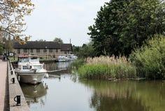 在英国集镇看见的被停泊的可住宿的游艇盛夏 免版税库存图片
