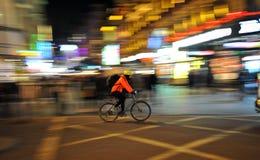 在英国` s首都街道上的骑自行车的人  免版税库存照片
