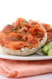 在英格兰式松饼的熏制鲑鱼 免版税库存照片