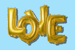 在英语字母表的词爱从在明亮的背景的金气球 最小的爱概念 库存图片