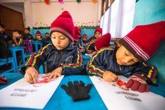 在英语课在小学, 2013年12月24日的未知的学生在加德满都,尼泊尔 库存照片