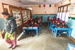 在英语课的未知的学生在小学 仅50%孩子在尼泊尔可能到达5等级 库存图片