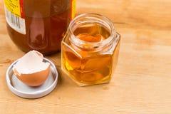 在苹果汁醋浸泡的蛋壳作为在家补救解除痒的皮肤 免版税库存照片