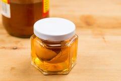 在苹果汁醋浸泡的蛋壳作为在家补救解除痒的皮肤 库存照片