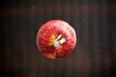 在苹果的婚戒 免版税库存图片
