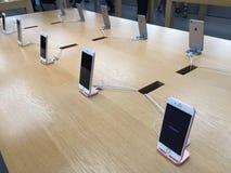 在苹果计算机商店的IPhones 库存照片