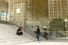 在苹果计算机商店附近的人们密执安大道的在芝加哥,伊利诺伊 免版税图库摄影