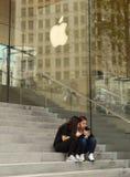 在苹果计算机商店附近的人们密执安大道的在芝加哥,伊利诺伊 库存图片