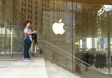 在苹果计算机商店附近的妇女密执安大道的在芝加哥,伊利诺伊 免版税库存图片