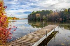 在苹果计算机河的秋天充满活力的颜色 免版税库存图片