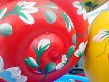 在苹果计算机蜗牛雕塑的五颜六色的油漆 免版税图库摄影