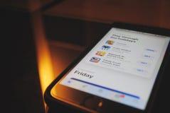 在苹果计算机iPhone应用商店的仔细的审视 免版税库存照片