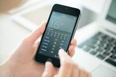 在苹果计算机iPhone 5S的天气预报 免版税库存照片
