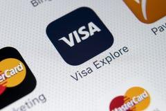 在苹果计算机iPhone x屏幕特写镜头的签证申请象 签证app象 签证线上申请 社会媒介app 库存照片