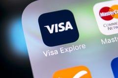 在苹果计算机iPhone x屏幕特写镜头的签证申请象 签证app象 签证线上申请 社会媒介app 免版税库存图片