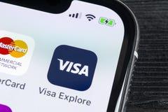 在苹果计算机iPhone x屏幕特写镜头的签证申请象 签证app象 签证线上申请 社会媒介app 免版税库存照片