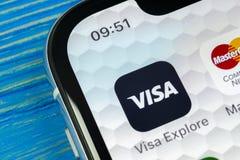 在苹果计算机iPhone x屏幕特写镜头的签证申请象 签证app象 签证线上申请 社会媒介app 库存图片