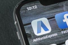 在苹果计算机iPhone x屏幕特写镜头的谷歌AdWords明确应用象 谷歌广告词表达象 谷歌Adwords applicatio 免版税库存照片