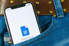 在苹果计算机iPhone x智能手机屏幕特写镜头的谷歌Docs象在牛仔裤装在口袋里 谷歌docs象 3d网络照片回报了社交 社会媒介象 库存图片