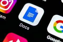 在苹果计算机iPhone x智能手机屏幕特写镜头的谷歌Docs象 谷歌docs象 3d网络照片回报了社交 社会媒介象 图库摄影