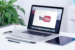 在苹果计算机MacBook赞成显示的YouTube商标 库存照片
