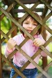 在范围之后的小滑稽的女孩 免版税库存图片