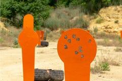 在范围的金属橙色popper目标 r 图库摄影