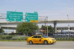 在范Wyck进入JFK国际机场的Expressway的纽约出租汽车在纽约 库存照片