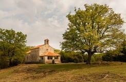 在茨雷斯岛,克罗地亚海岛上的小石教堂  库存照片