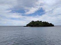 在茫茫荒野中小海岛 库存照片